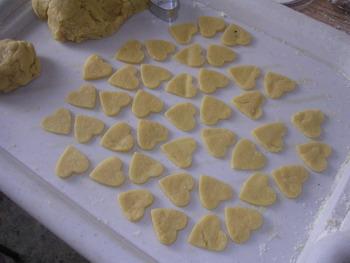 Раскатываем и вырезаем печенюшки